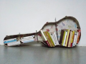 decoracion-biblioteca-estuche-de-guitarra