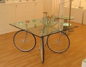 mesa-de-diseño-con-ruedas-de-bicicleta
