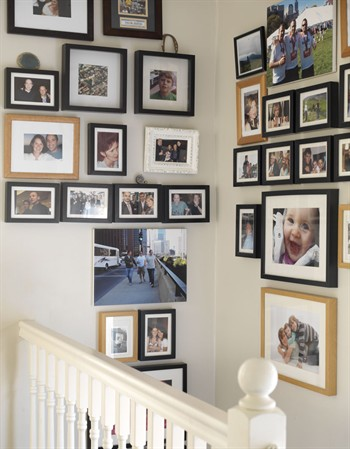 Decocasa mexico hueco de una escalera lleno de retratos for Huecos de escalera
