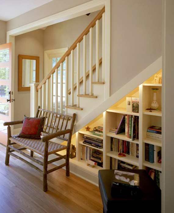 esta propuesta aprovecha el hueco de la escalera para crear una pequea biblioteca capaz de proveer libros a integrantes de toda la familia sin importar su